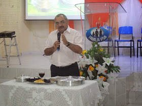 Ministrando a Celebração da Santa Ceia em 28/06/2014 na IEC Família Viva em Salgado de São Félix-PB