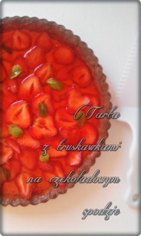 Tarta truskawkowa na czekoladowym spodzie.