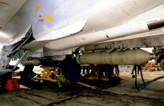 Подвеска 250-кг фугасных бомб под фюзеляж Су 24М.
