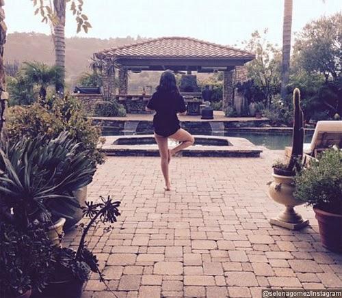Selena Gomez yoga tak pakai seluar
