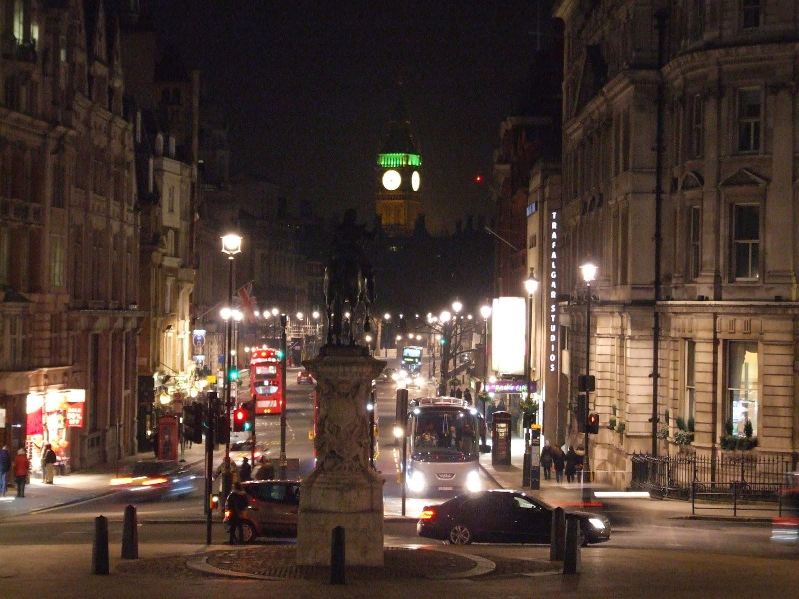 Widok na Big Bena z Trafalgar Square.