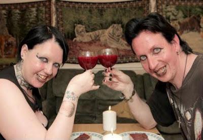 gambar Pasangan Hidup Seperti Pontianak, Minum Darah Masing-Masing | Lebih Bertenaga Lepas Hisap Darah