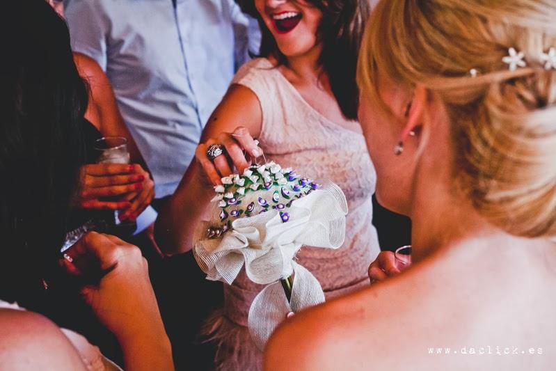 alfileres de boda para las invitadas