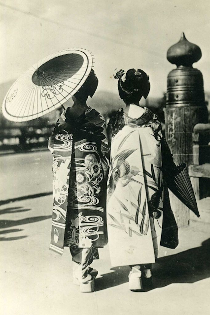 1945 ~ Japanese Geishas #1940s #kimono #geisha #japan #fashion
