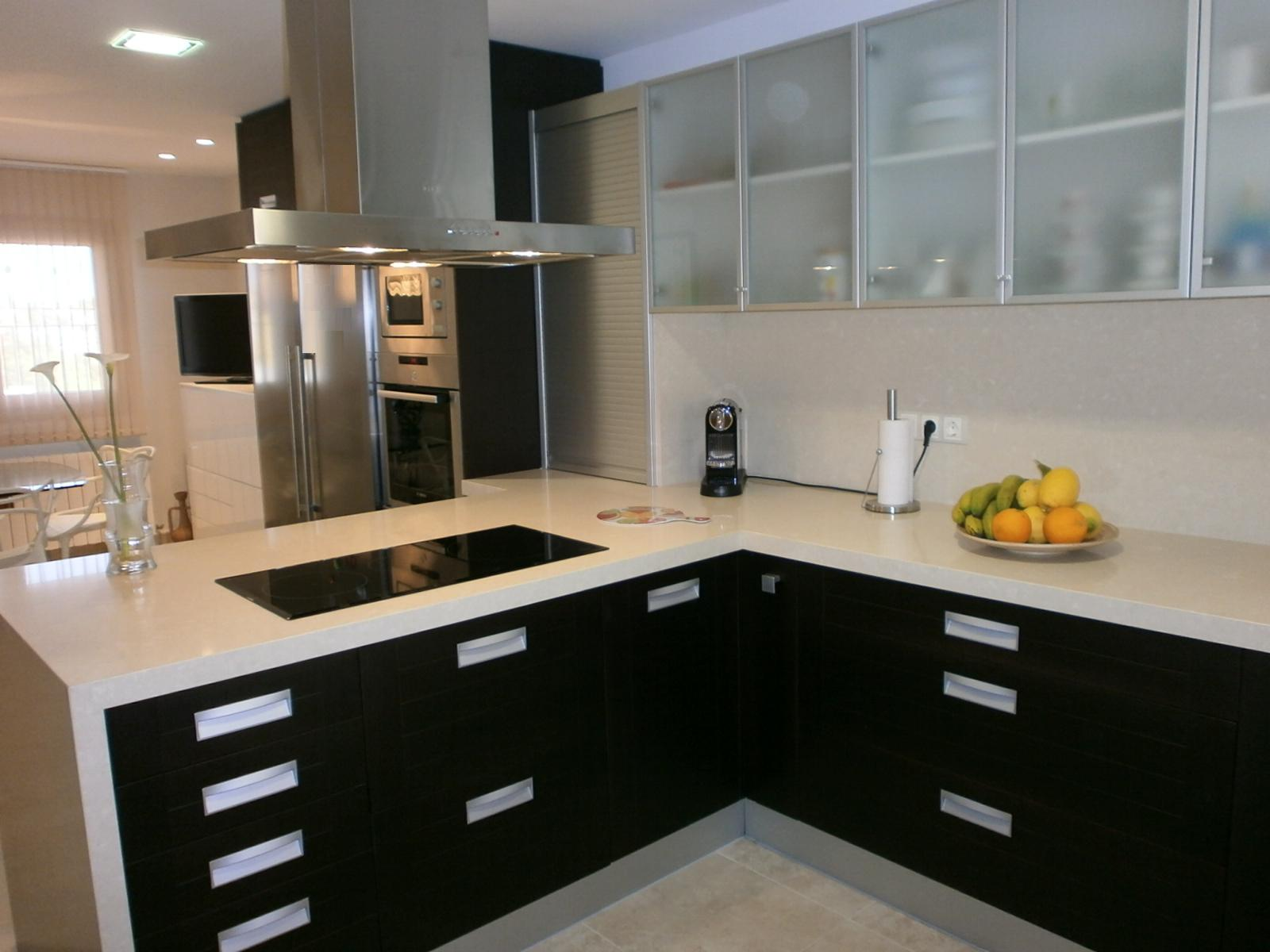 Not for boring black kitchens for Colores para cocinas modernas pequenas