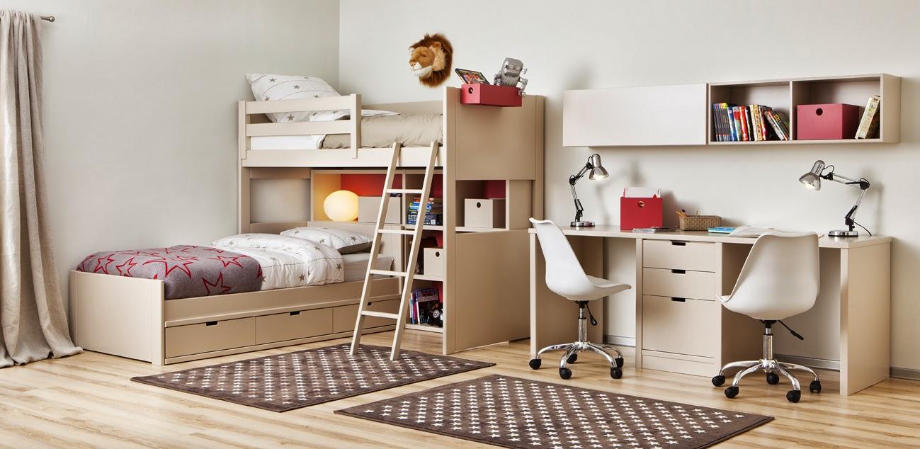 Habitacion con camas cruzadas y mesa de estudio