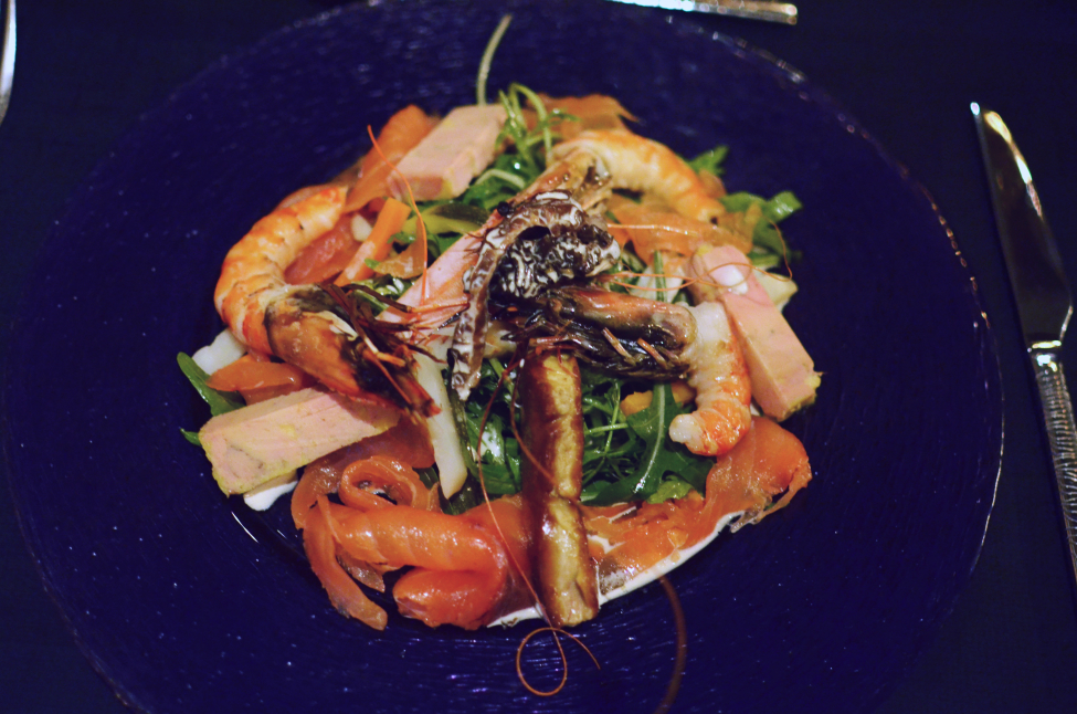 a picture of what Theserialshopper ate that night: a salad with shrimps, salmon and foie gras