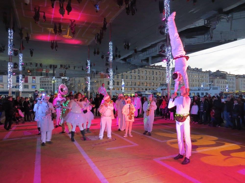 La fanfare Tahar Tag'l et les acrobates de la compagnie l'Estock Fish sous l'ombrière à Marseille