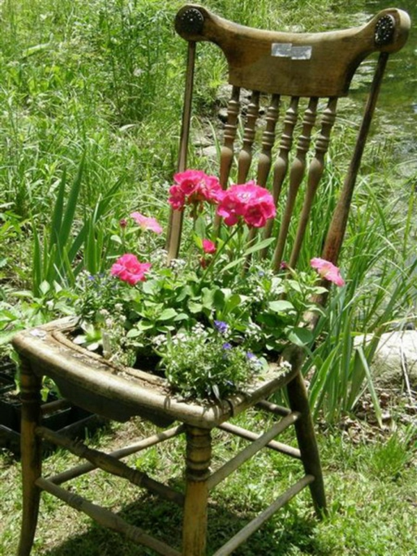 How to recycle garden decorations of recycled old chairs for Recycled garden ideas images
