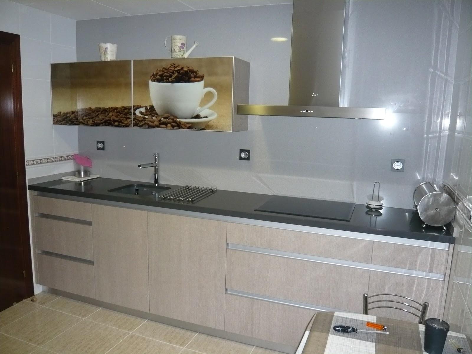Reuscuina cocina sin tiradores y con foto decorativa - Tiradores cocina ...