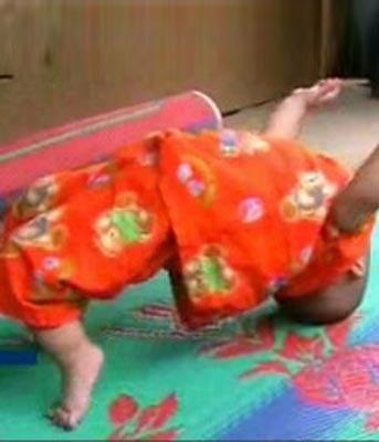 bayi akrobat