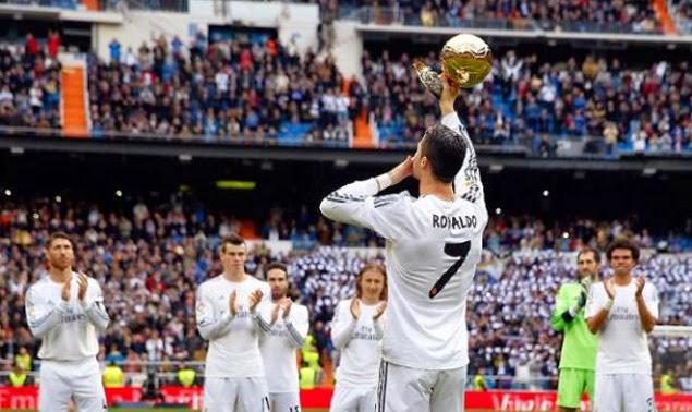 Cristiano Ronaldo ofreciendo el Balón de Oro al madridista