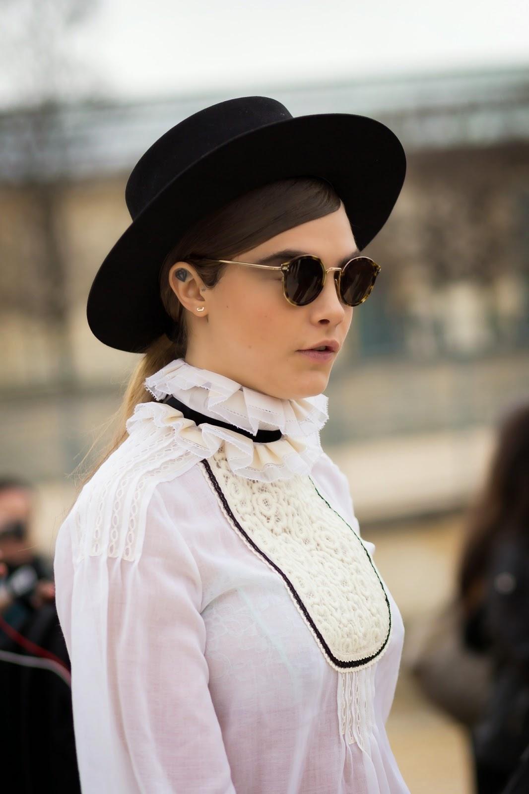 Cara Delavingne con blusa Chanel cuello alto y lazada I