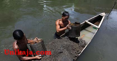 Penambang Pasir di Sungai