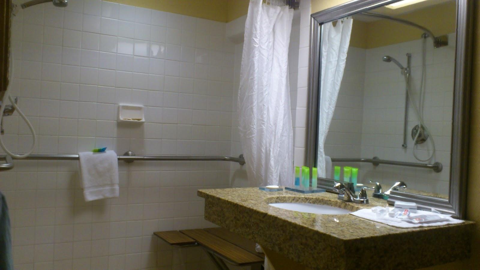 Banheiro bem adaptado mas o banco é de madeira #332D16 1600x900 Banheiro Adaptado Para Cadeirante