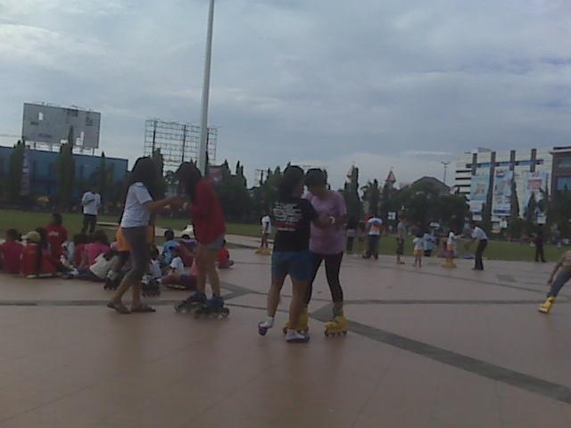 Serunya Bermain Sepatu Roda Dan Scooter Di Simpang Lima