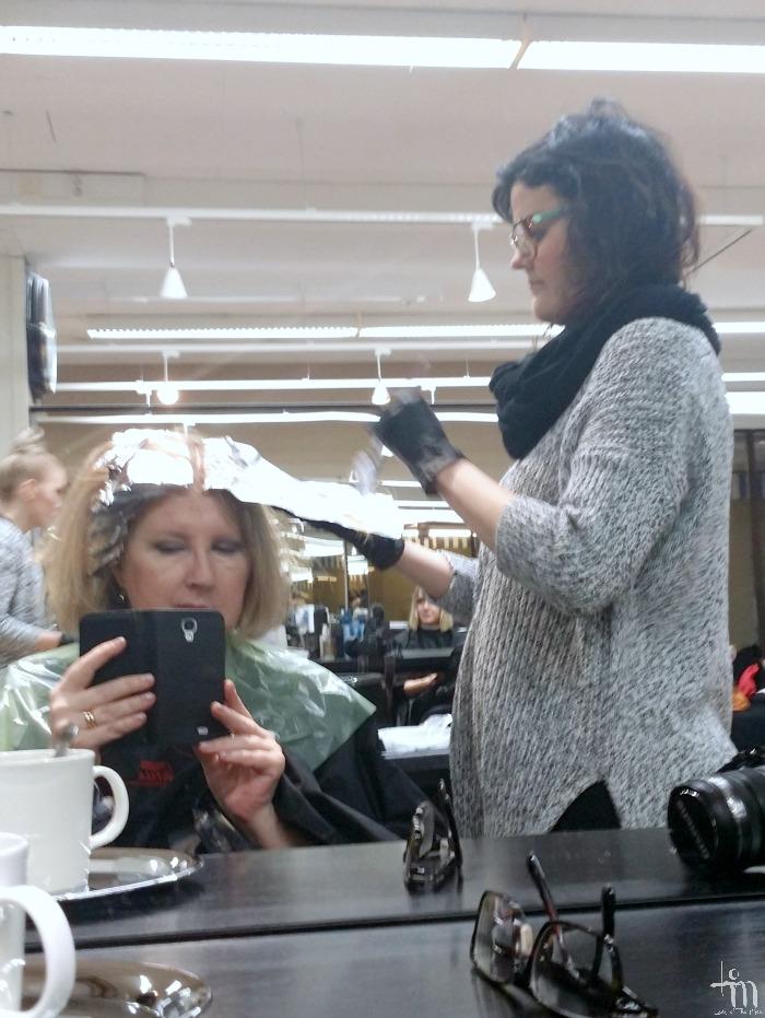 lady hiustenvärjäyksessä