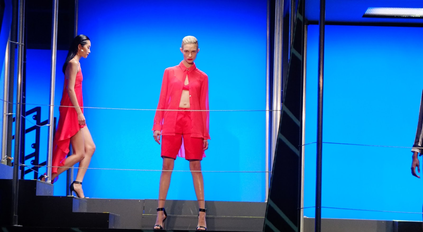 http://4.bp.blogspot.com/-3bWHTtC06H8/USilZK2Pg_I/AAAAAAAAAX4/PTgjELGfT3E/s1600/Rihanna-river-island-fashion-show9.jpg