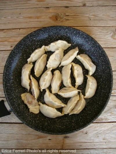 Preparazione ravioli cinesi di carne alla piastra foto passo passo