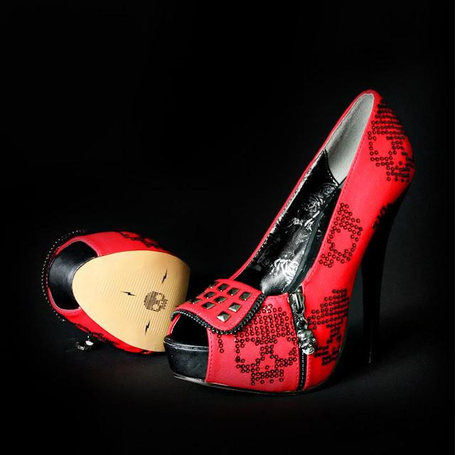 Platform sko med kranium udsmykning, rød/sort