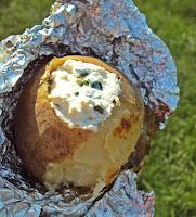 Ziemniaki z grilla podane z dipem z twarożku