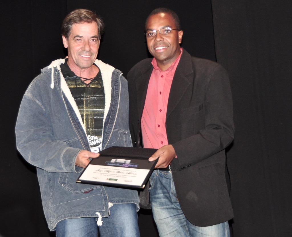 Presidente da Soarte, Carlos Veríssimo, entregou a homenagem ao professor Jorge Péculas