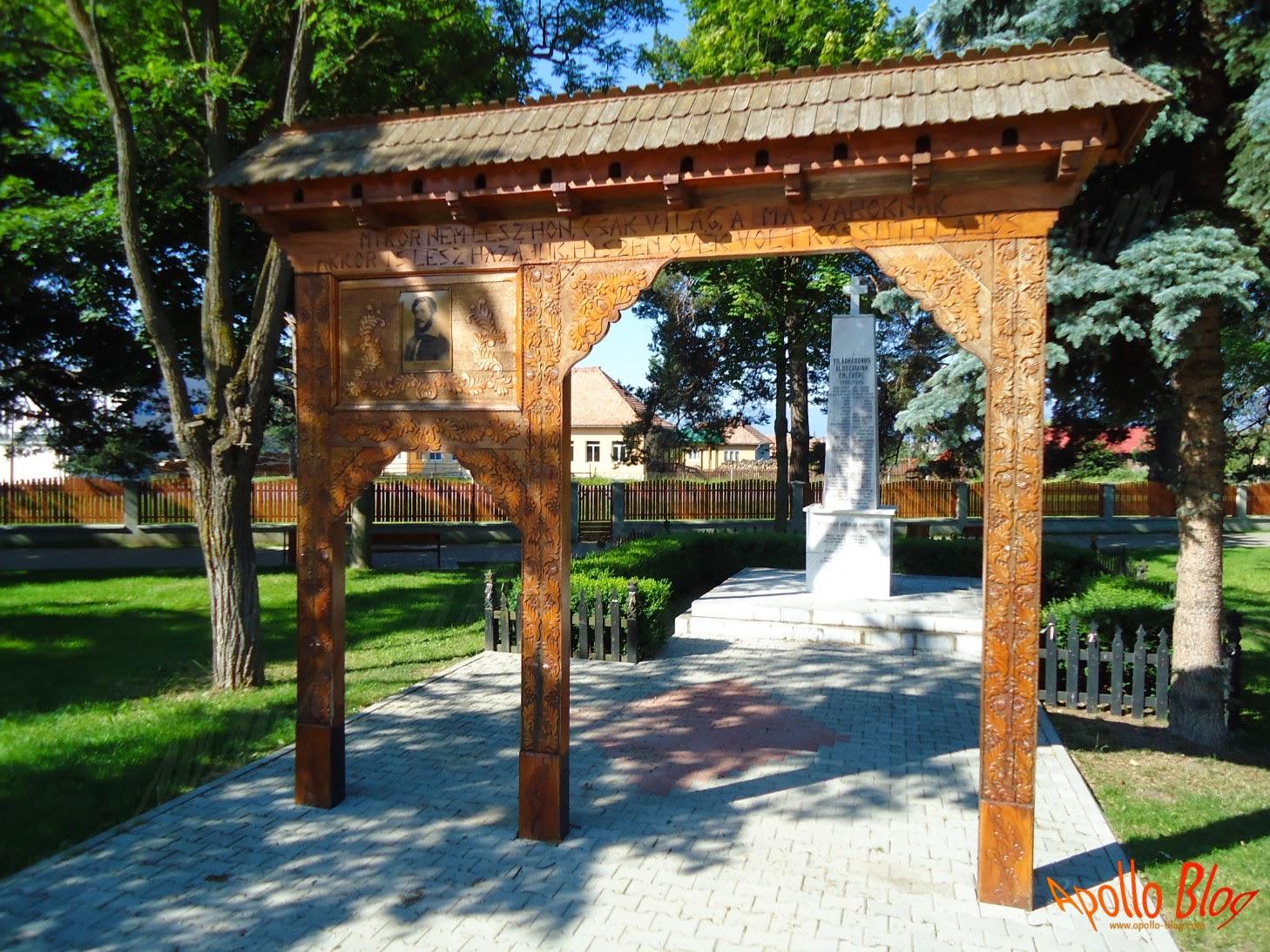 Poarta de lemn si monument