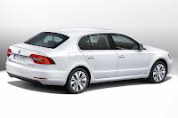 Skoda Superb Hatchback (2014) Rear Side