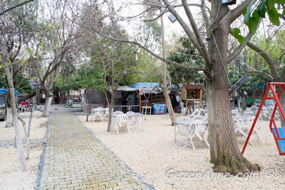 Karaca kahvaltı ve mangal evinin çok geniş bahçesi, Hatay