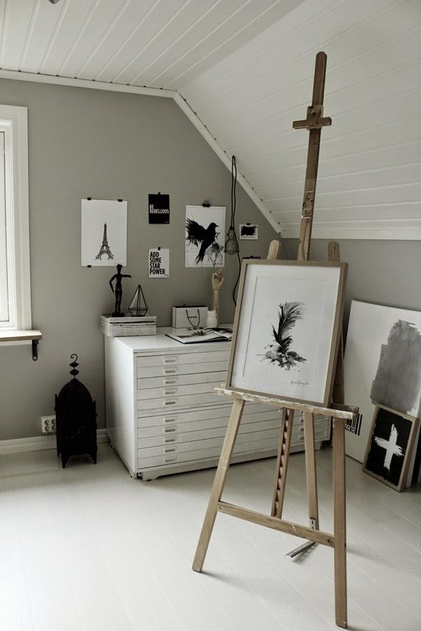 ateljé, arbetsrum, poster, posters, svarta och vita tavlor, arkivskåp, konsttryck, tavla, artprint, prints, stor marockansk lykta, staffli, kors, eiffeltornet, fågel, fåglar,