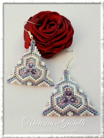 Orecchini triangoli in peyote decorati con bicono 4 mm