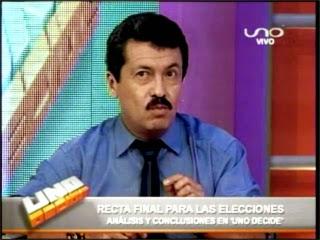 Alex Contreras debatiendo en Uno Decide de la Red UNO