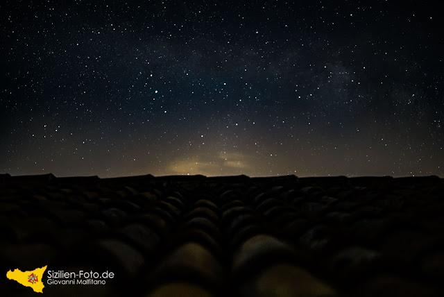 Sterne und Milchstraße über Sizilien
