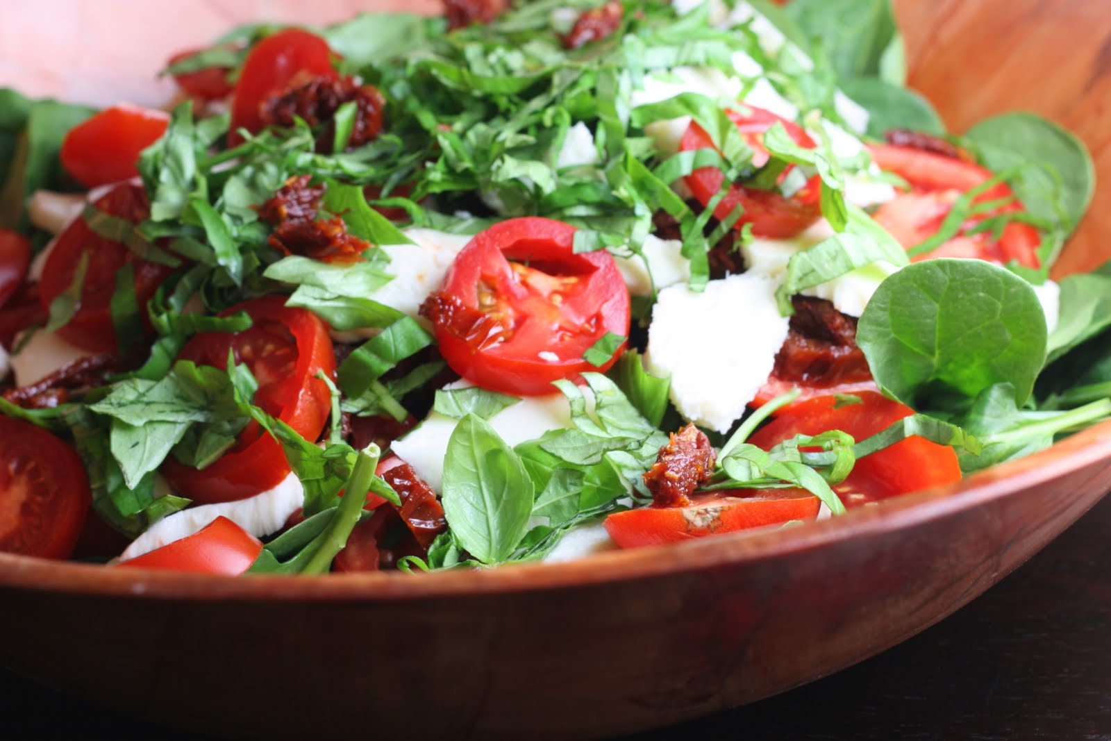 Spinach Caprese Salad with Sun Dried Tomato and Balsamic Vinaigrette ...