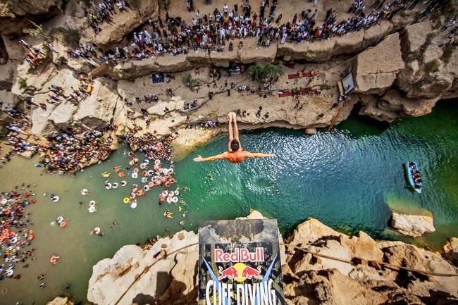 Спортсмен Блэйк Олбридж (Blake Aldridge) прыгает с 30-метровой высоты на соревнованиях Red Bull Cliff Diving. Оман.