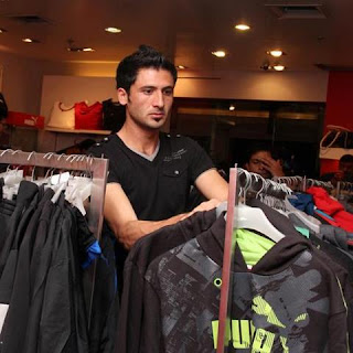 pakistani cricketer junaid khan shopping in dehli