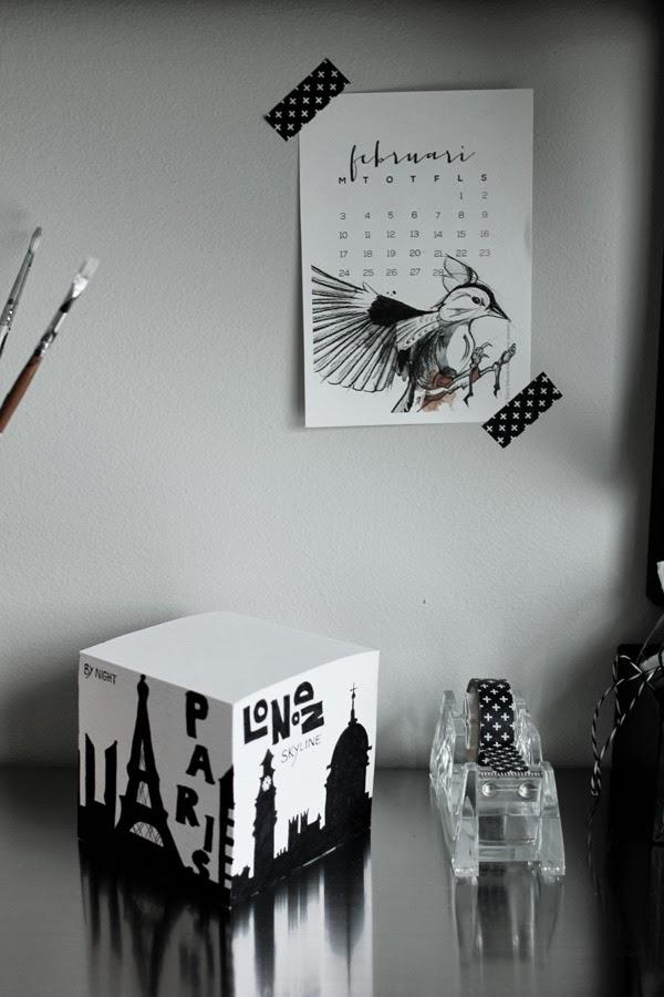 svart och vitt, inredingsdetaljer, arbetsrum, på skrivbordet, tejphållare, blockkub, svart motiv på block, washitejp kors, papperstejp kors, svart och vit tejp, almanacka,