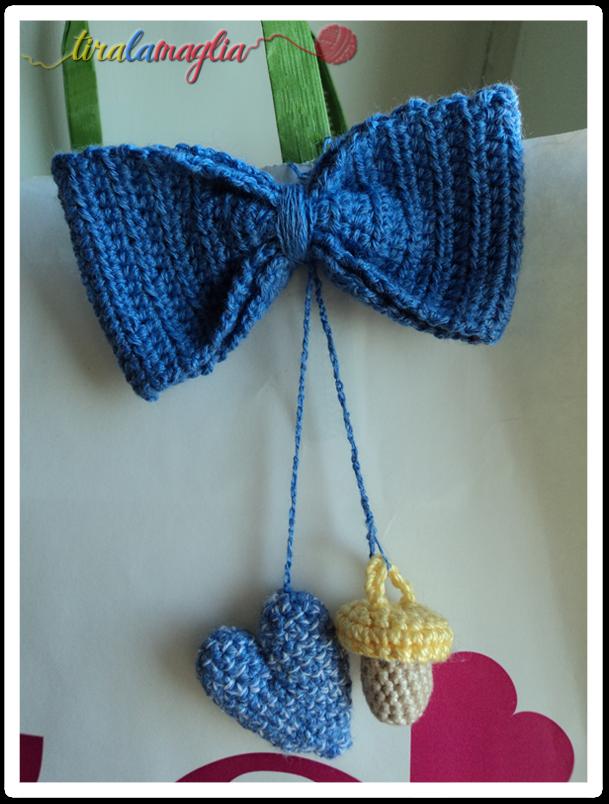 Chiudipacco all'uncinetto: fiocco azzurro con ciuccio e cuoricino per un maschietto appena nato