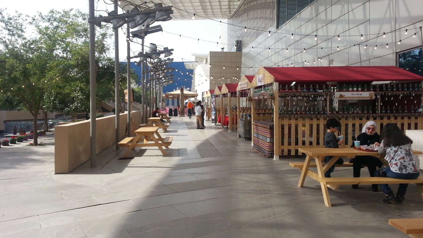 Kuweight 64 enjoy the outdoor food market at avenues mall for Outdoor food market