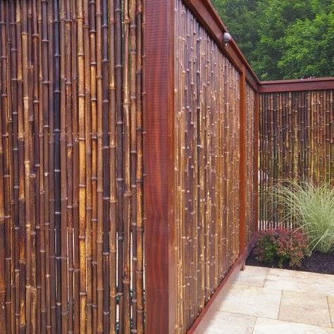 Cerco para casa hecho de bambú delgado y madera