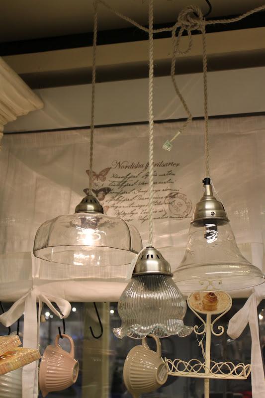 Mange ting: lamper i butikken