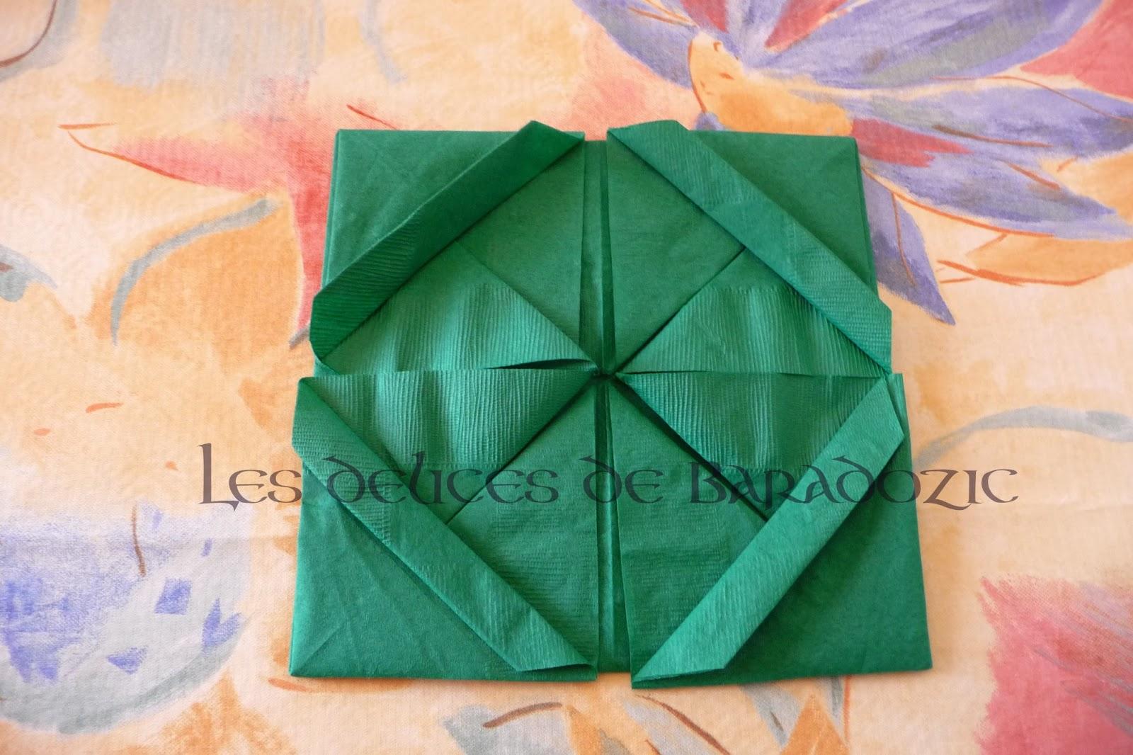 Plier une serviette en tr fle 4 feuilles les d lices de baradozic - Plier une feuille en 3 ...