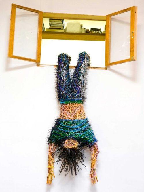 Federico Uribe esculturas lápis De cabeça para baixo