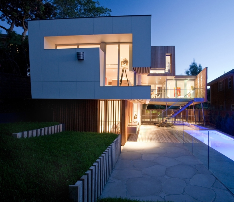 Lights on backyard facade on Kew House by Vibe Design Group