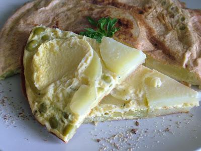 Omlet z ziemniakami i zielonym groszkiem