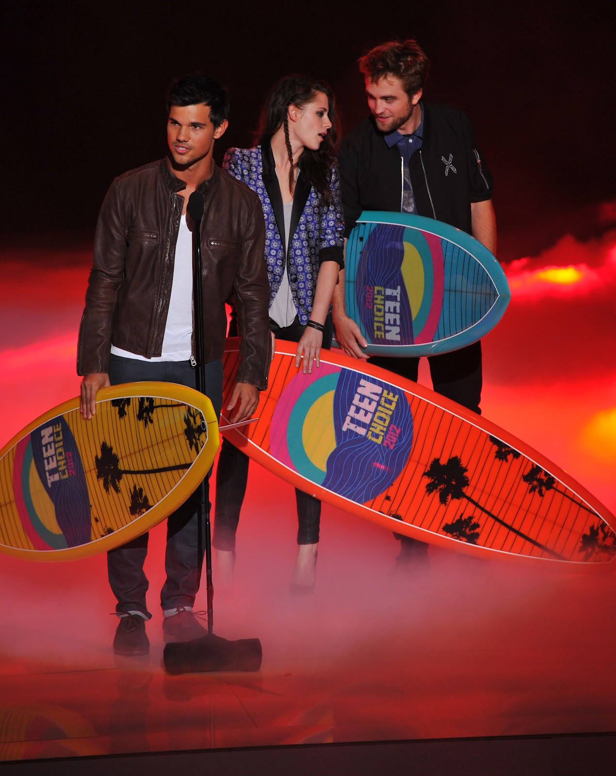 http://4.bp.blogspot.com/-3jhYous-6ms/UAzJUTVlDbI/AAAAAAAAJjw/-G6AvFxCv90/s1600/Kristen-Stewart-Robert-Pattinson-Pictures-2012-Teen-Choice-Awards+5.jpg