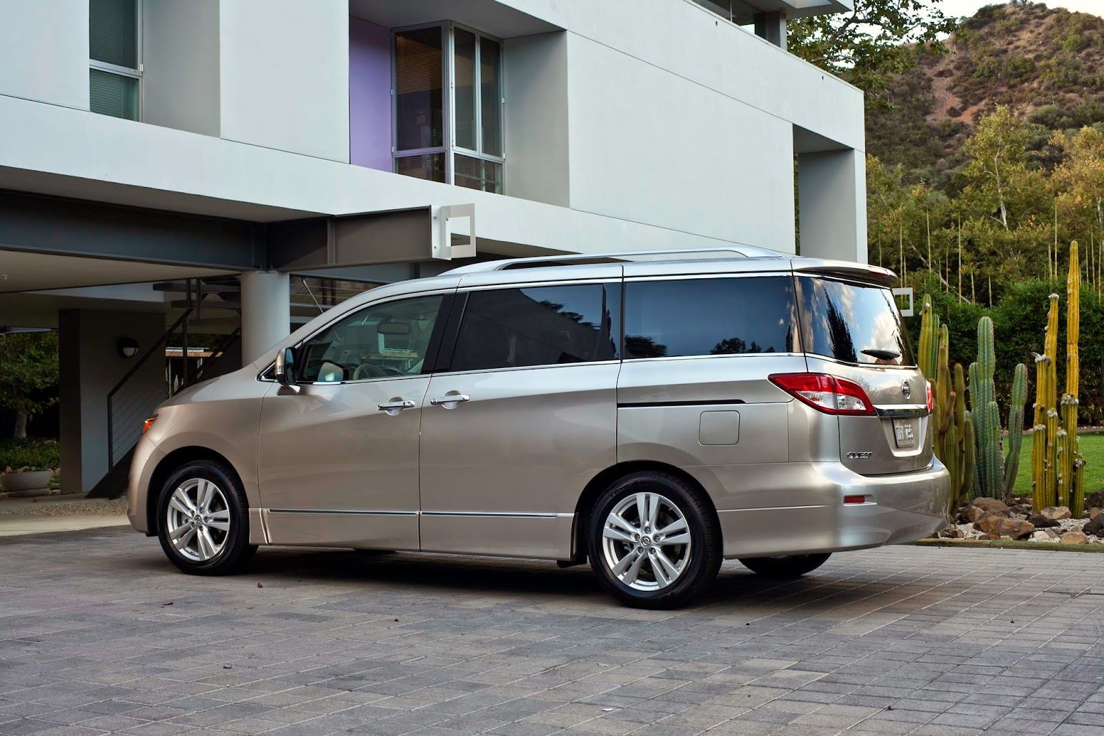 Side view of 2014 Nissan Quest