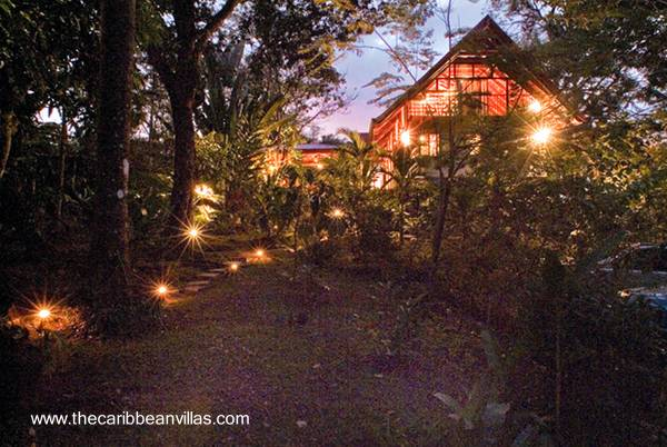 Villa Tropical en la noche iluminada con lámparas