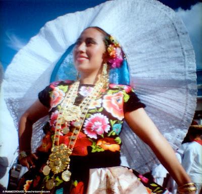 mujer tehuana con traje tipico