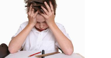 كيف تميزين إذا كان طفلك يعانى من الاكتئاب أم لا - طفل صغير حزين مكتئب